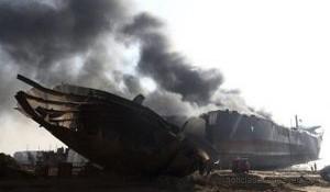 KHI03 GADANI (PAKIST¡N) 01/11/2016.- Una columna de humo negro se eleva sobre un petrolero tras producirse varias explosiones cuando estaba siendo desguazado en la ciudad de Gadani, al oeste de Pakist·n, hoy, 1 de noviembre de 2016. Al menos cinco personas murieron, 54 resultaron heridas y unas 25 permanecen atrapadas tras originarse varias explosiones en el interior de un petrolero que estaba siendo desmantelado, lo que causÛ un incendio en el buque, seg˙n fuentes policiales. EFE/REHAN KHAN