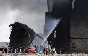KHI03 GADANI (PAKIST¡N) 01/11/2016.- Bomberos tratan de extinguir las llamas tras producirse varias explosiones en un petrolero cuando estaba siendo desguazado en la ciudad de Gadani, al oeste de Pakist·n, hoy, 1 de noviembre de 2016. Al menos cinco personas murieron, 54 resultaron heridas y unas 25 permanecen atrapadas tras originarse varias explosiones en el interior de un petrolero que estaba siendo desmantelado, lo que causÛ un incendio en el buque, seg˙n fuentes policiales. EFE/REHAN KHAN