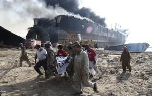 GND05 GADANI (PAKIST¡N) 01/11/2016.- Oficiales de seguridad paquistanÌes trasladan el cad·ver de una vÌctima tras producirse varias explosiones en un petrolero mientras estaba siendo desguazado en la ciudad de Gadani, al oeste de Pakist·n, hoy, 1 de noviembre de 2016. Al menos cinco personas murieron, 54 resultaron heridas y unas 25 permanecen atrapadas tras originarse varias explosiones en el interior de un petrolero que estaba siendo desmantelado, lo que causÛ un incendio en el buque, seg˙n fuentes policiales. EFE/REHAN KHAN