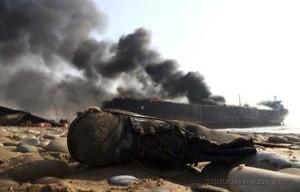 GND05 GADANI (PAKIST¡N) 01/11/2016.- Una bota tirada en el suelo mientras las llamas devoran un petrolero en el que se produjeron varias explosiones mientras estaba siendo desguazado en la ciudad de Gadani, al oeste de Pakist·n, hoy, 1 de noviembre de 2016. Al menos cinco personas murieron, 54 resultaron heridas y unas 25 permanecen atrapadas tras originarse varias explosiones en el interior de un petrolero que estaba siendo desmantelado, lo que causÛ un incendio en el buque, seg˙n fuentes policiales. EFE/REHAN KHAN