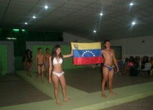 la bandera de venezuela fue cargada por los modelos