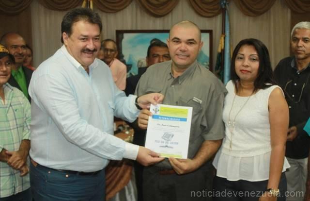 el-alcalde-ing-pedro-loreto-y-la-primera-dama-manari-de-loreto-realizan-la-respectiva-entrega-de-reconocimiento