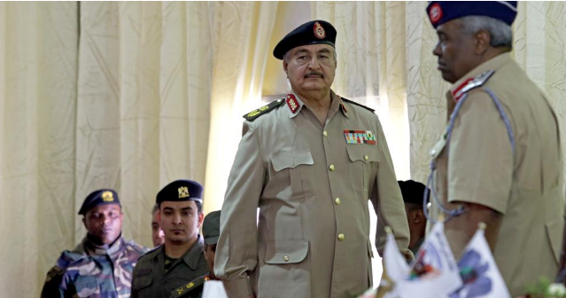 El comandante Khalifa Haftar durante una reunión en Bengazi